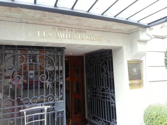 Les Moustaches: Main entrance
