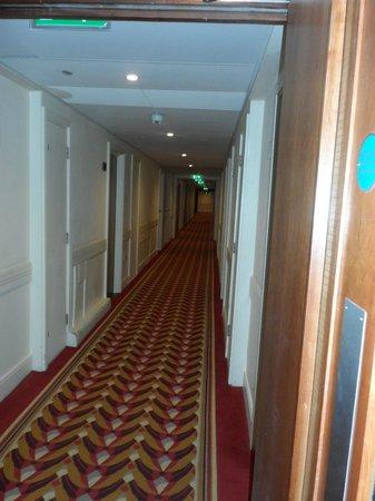 Holiday Inn London - Kensington High Street: Corridor.