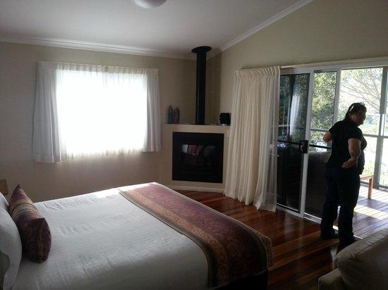 Yabbaloumba Retreat: King size bed and fire place