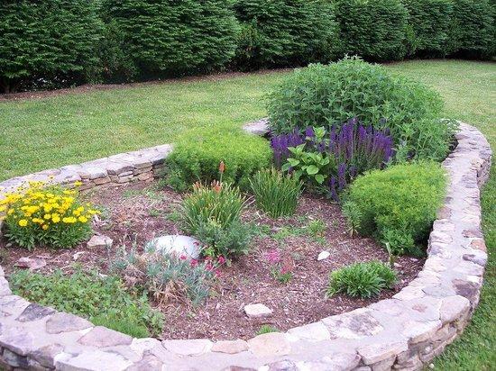 Best Western Smoky Mountain Inn: Flower garden near pool