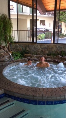 Valley Forge Inn: My boys enjoying the hot tub