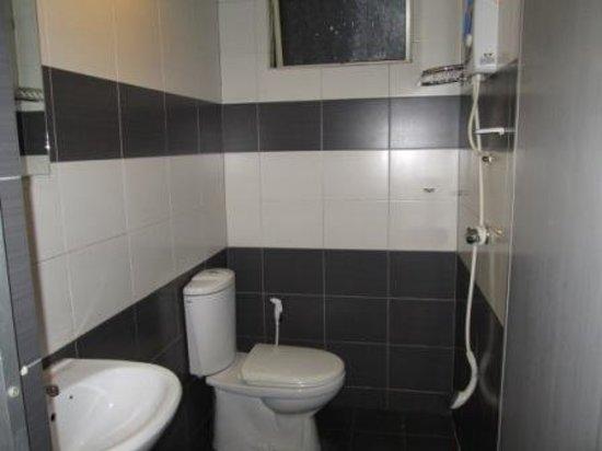 Hotel Hanya Satu : Bathroom