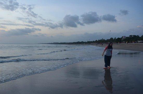 Alam KulKul Boutique Resort: Kuta/ Legian Beach across the hotel