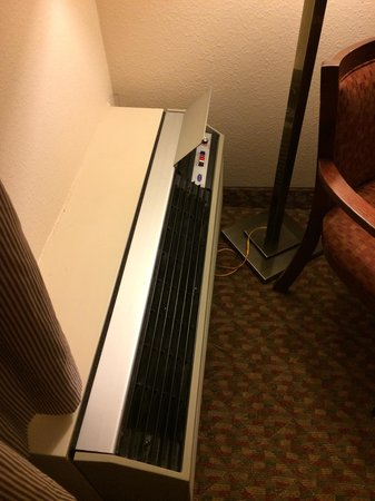 Red Roof Inn Knoxville West - Cedar Bluff : Old A/C hot and unacceptably loud