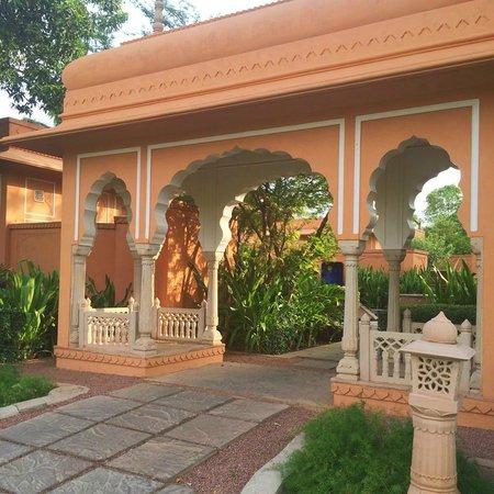 The Oberoi Rajvilas: the grounds
