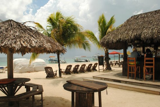 Beaches Negril Resort & Spa: View of the beach with bar.