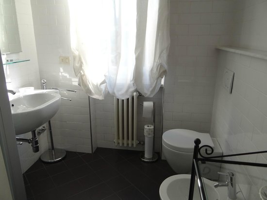 B&B Il Giardino del Pettirosso : Bathroom with shower