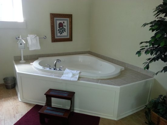 ‪ميدولارك إن: Jacuzzi Tub in Pinot room‬