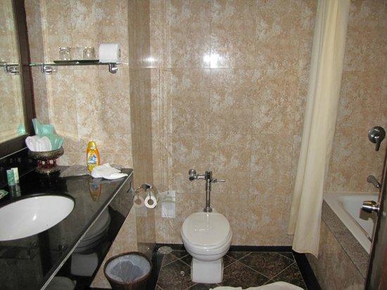 Pinnacle Grand Jomtien Resort: Вполне приличная ванная комната