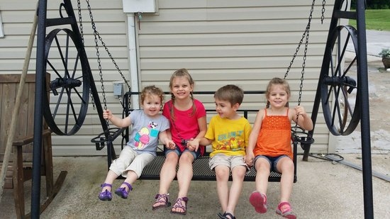 Branson Stagecoach RV Park: Porch swing outside the office