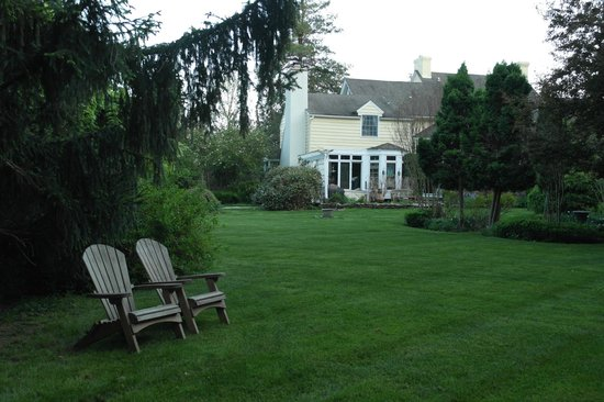 The Pennsbury Inn: One of many seating areas in the gardens