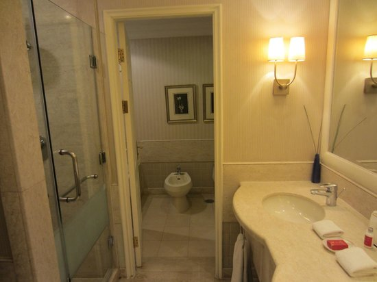 Beijing Hotel NUO: Bathroom/toilet
