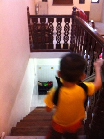 Yes Home Stay: The only staircase to exit