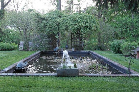 The Pennsbury Inn: Fountain and pond in garden