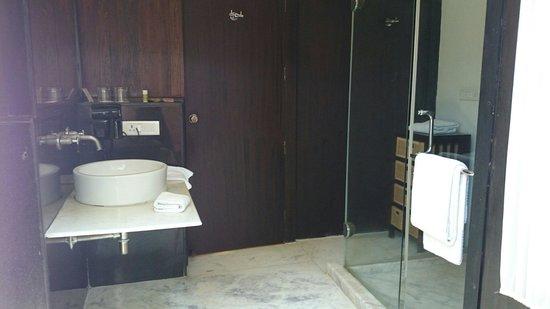 The Windflower Resort & Spa, Mysore: La salle de bains de la chambre en rez-de-chaussée