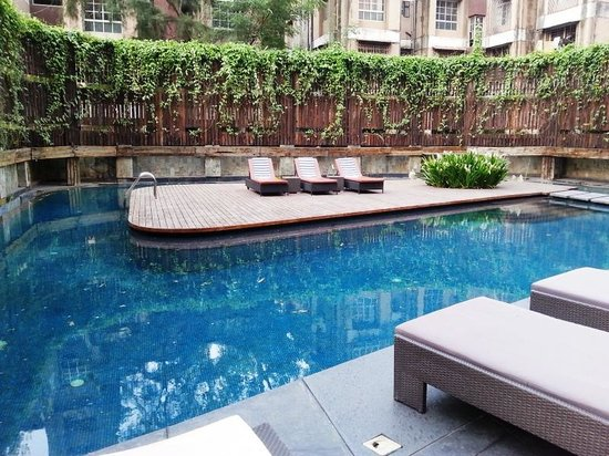Crowne Plaza Pune City Centre: The pool