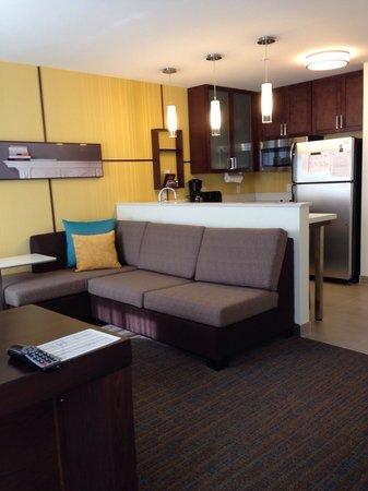 Residence Inn Champaign : Modern living area