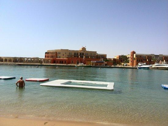 Three Corners Ocean View Hotel - Adults only: hotel ligt in een prachtige lagune  zicht vanaf strand aan de overkant waar je ook gebruik van k