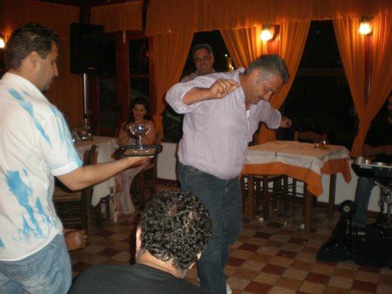 To Steki tou Nikou: everybody dance!