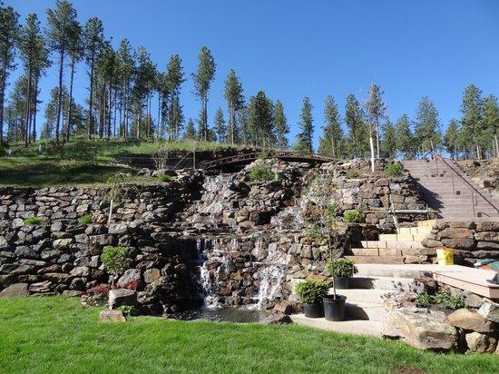 Summer Creek Inn: Water fall