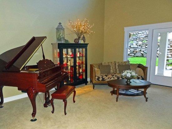 Summer Creek Inn : music room