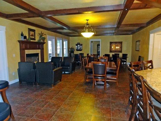 Summer Creek Inn: Dining room