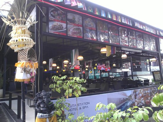 Kuta Station Hotel: Having breakfast on railway restaurant
