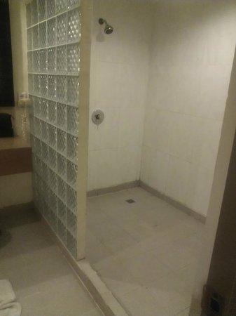 Kuta Station Hotel : Shower area