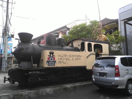 Kuta Station Hotel: Train in front of hotel