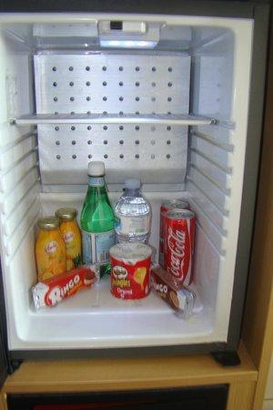 Hotel Novotel Salerno Est Arechi: Refrigerator with stocked items