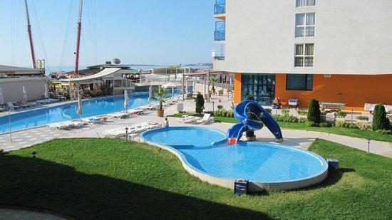 Hotel Glarus: widok z balkonu na 2 baseny