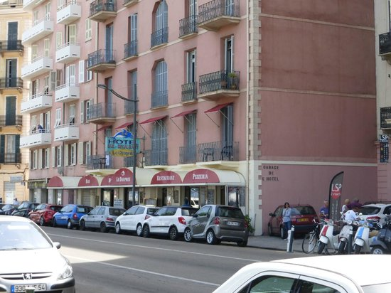 Le Dauphin : 3 places de parking privées à l'hotel sur la droite de la photo