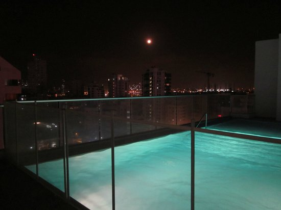 Hampton by Hilton Cartagena : Rooftop pool at night