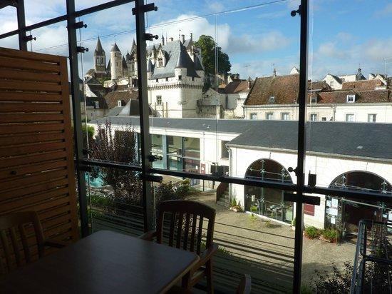 Pierre & Vacances Residenz Le Moulin des Cordeliers: Vue sur la réception, la piscine et le château depuis l'appartement