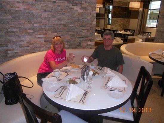 Ramada Hotel and Suites Ajman: Ресторан в отеле