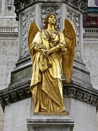 Holy Mary Monument: Angles around the monument