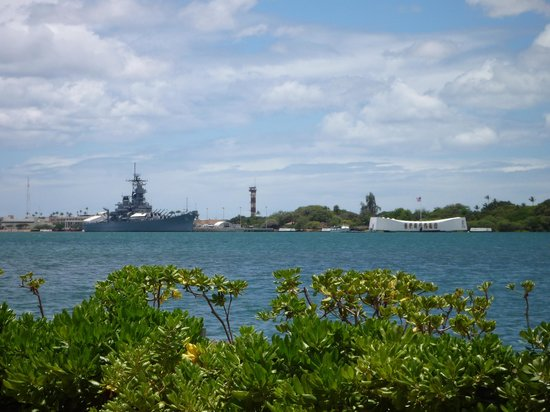 USS Arizona Memorial/WW II Valor in the Pacific National Monument : Вид на мемориал с берега