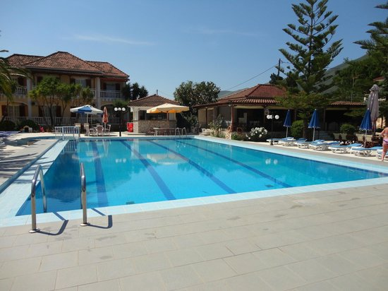 Alykes Garden Village: Pool showing pool side bar and evening bar.