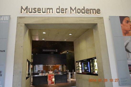 Monchsberg 32: 現代美術館とレストランの入り口
