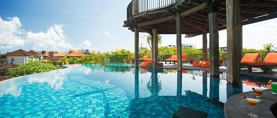 Sun Island Hotel & Spa Legian: Main Swimming Pool with Sunken Bar