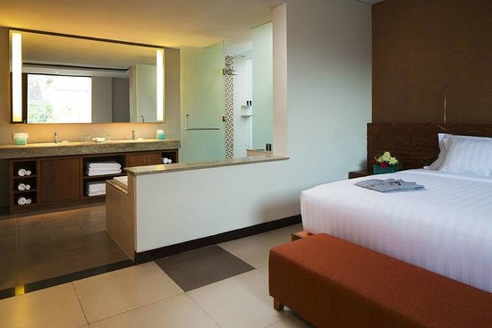 Sun Island Hotel & Spa Legian: Suite Bathroom
