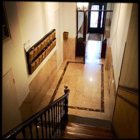 Hostal Los Alpes: Gepflegtes Mietshaus (Altbau), in dem das Hostal untergebracht ist