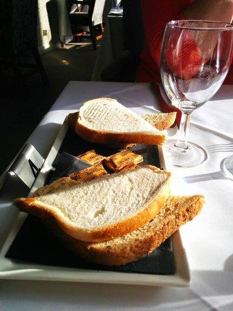 Oscar's Restaurant: White & brown PAN bread?! Very 1970's. Where's the home made wheaten, etc?