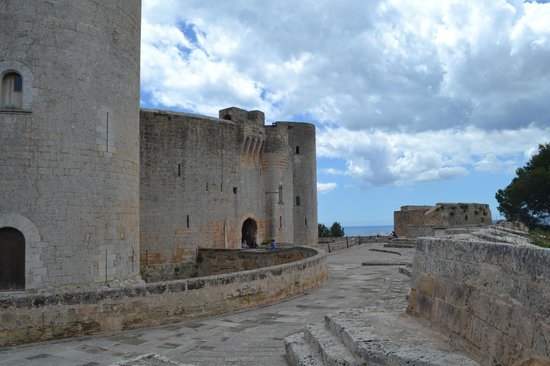Castell de Bellver: Вид на стену
