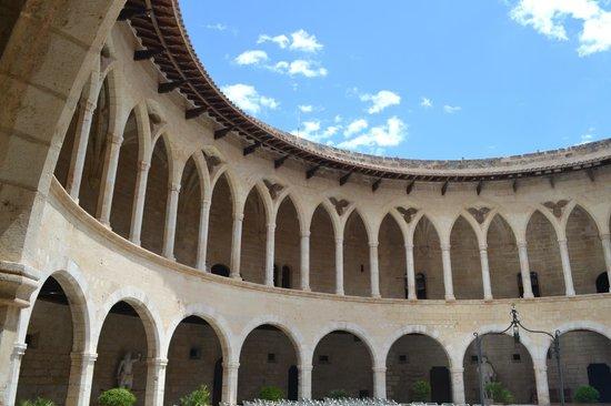 Castell de Bellver: Замок Бельвер внутренний двор