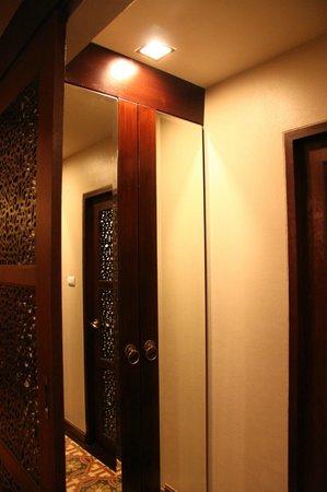 Sheik Istana Hotel: Closet