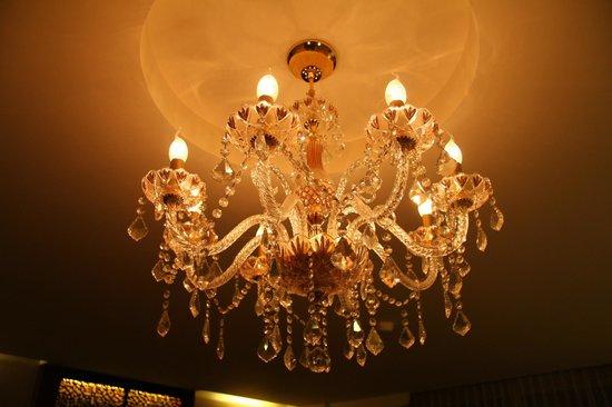 Sheik Istana Hotel: chandelier in bedroom