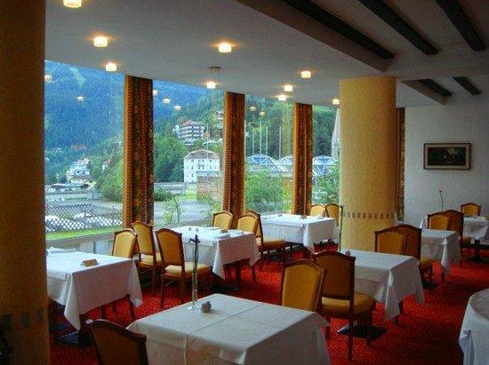Hotel Elisabethpark: ресторан отеля с панорамным видом на курорт и горы