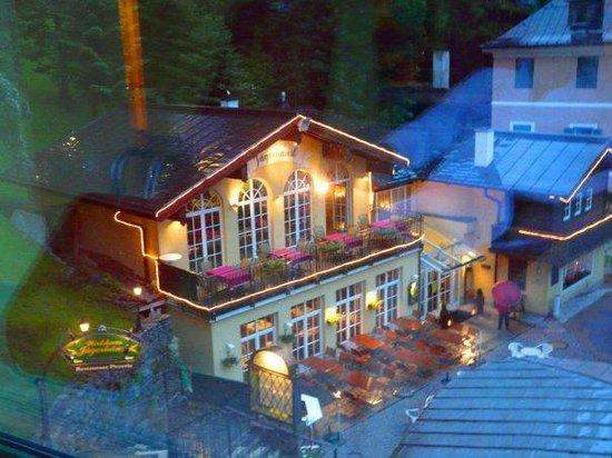 Hotel Elisabethpark: вид из окна бассейна на красивый ресторанчик