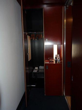 Mövenpick Hotel Berlin: Wandschrank und Minibar